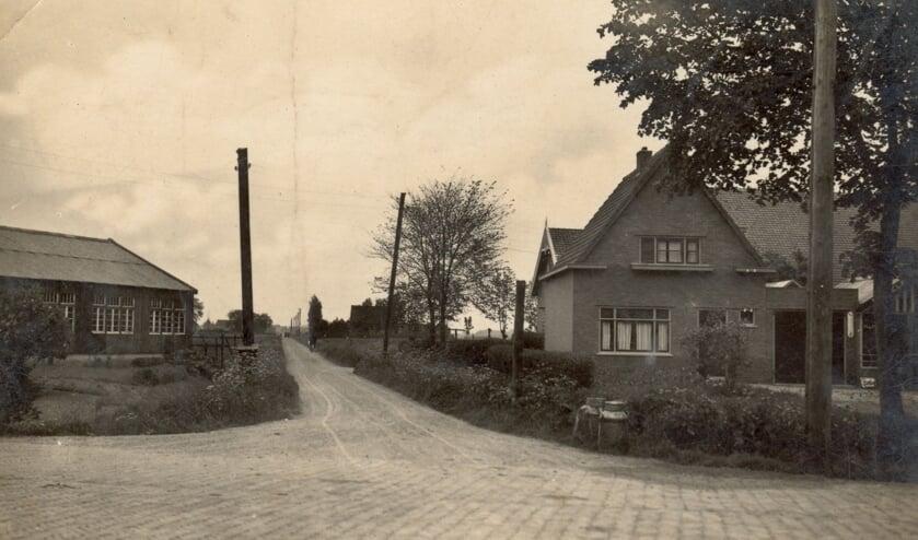 Beeld van de hoek Rijksstraatweg - Kouwenoordseweg (ook wel Tolweg Oost genoemd). De foto is in de jaren dertig genomen in de richting van de Oostdijk. Links een schuur van Vermaat's Autobusbedrijf; Rechts de boerderij van de familie De Pijper, waar de melkbussen op transport wachten. Op deze plaats verrees later het garagebedrijf De Pijper, met benzinestation., dat nog later werd overgenomen door de firma Berkel. Op de plaats van dit bedrijf loopt nu de Amnesty Internationallaan. Iets meer naar rechts verrees de zogenoemde Berkelflat.