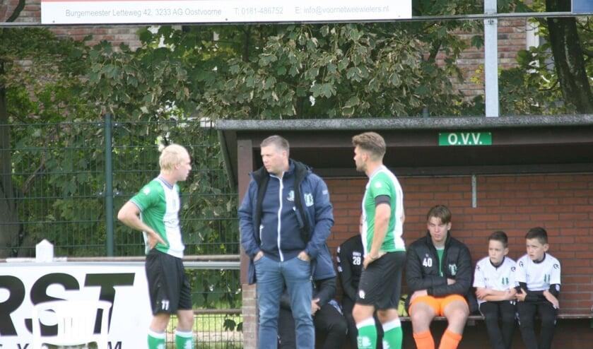 <p>OVV-trainer Marcel Langeveld overlegt met zijn nieuwe spitsen Niels Bekker (links) en Jarno Huijsman. Foto: Wil van Balen.</p>