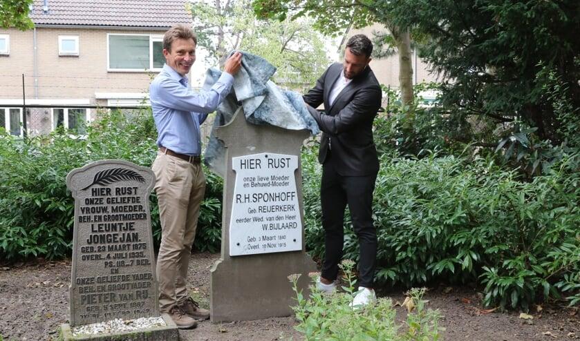 De directeur van basisschool De Zeewinde, Dennis de Kruif, onthulde het gerestaureerde graf, bijgestaan door wethouder Wilbert Borgonjen (Foto: Wil van Balen)