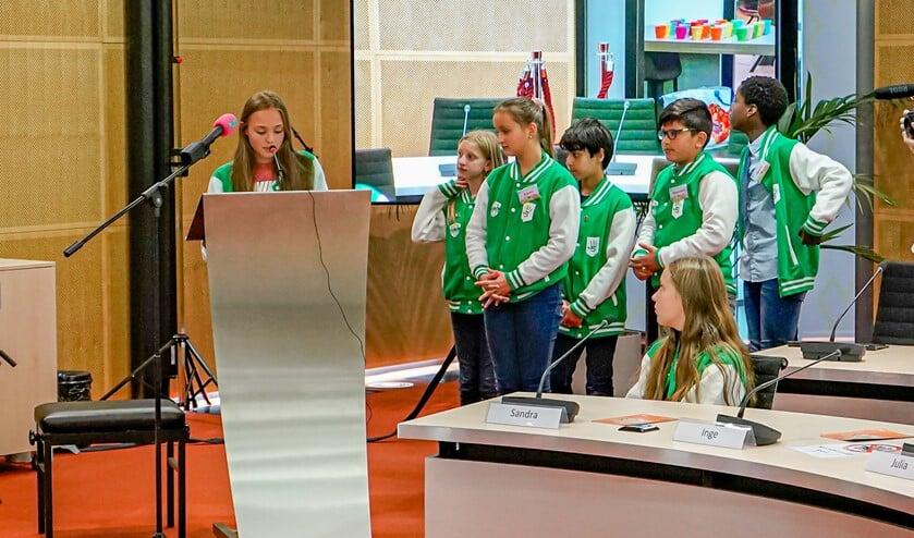 De kinderen deden in groepjes verslag van hun onderzoek.