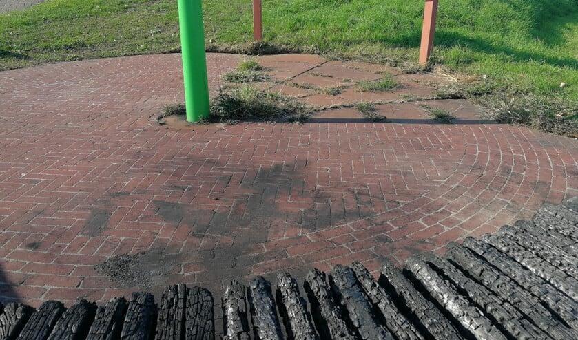 Het verbrande bankje op het toeristen-overstappunt in Ooltgensplaat..
