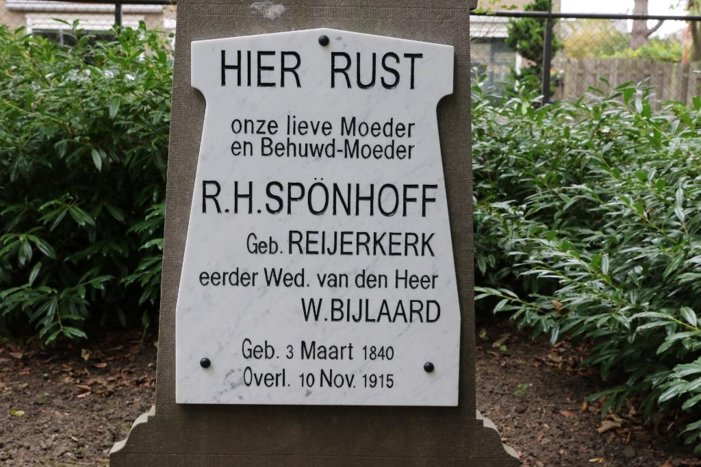 De nieuwe tekstplaat op het graf van juf Bijlaard (Foto: Wil van Balen)  © WeekbladWestvoorne.nl
