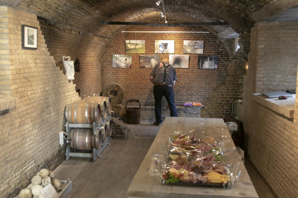 Onder het genot van een hapje en een drankje kon men even binnen kijken  © Voorne-putten.nl