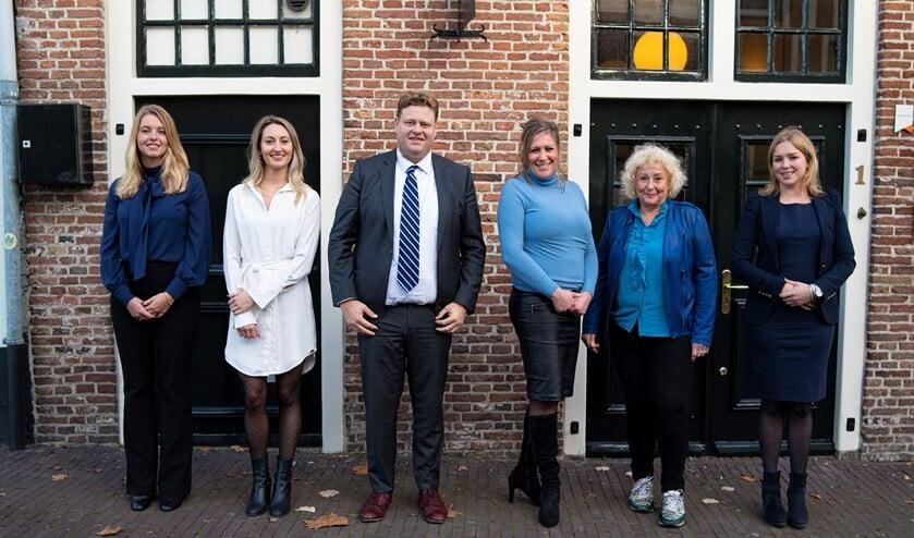 <p>Van links naar rechts: Lisa Witvliet, Romy Asmus, Hans Hueting, Jos&eacute; Leliveld (secretaresse), Hetty Elmers, Marieke van Loo </p>