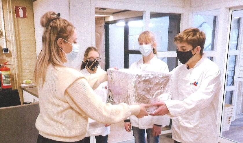 <p>Leerlingen van het ISW Westland Praktijkcollege bakken tijdens deze lockdown lekkernijen voor de zorg. Foto: (PR)</p>