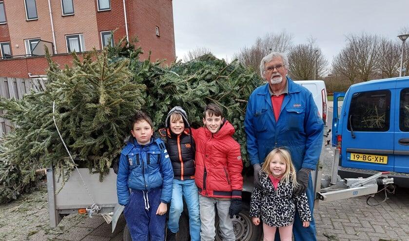 <p>Deze kinderen zamelden maar liefst 112 kerstbomen in met dank aan opa van Orselen voor het rijden met de kar.&nbsp;</p>