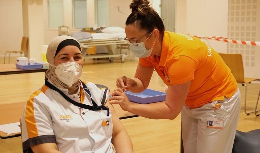 <p><em>IC-verpleegkundige krijgt de eerste vaccinatie in het Maasstad Ziekenhuis</em> </p>
