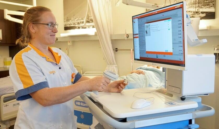 <p>V<em>erpleegkundige controleert de medicatie met het MedEye-systeem</em>&nbsp;</p>