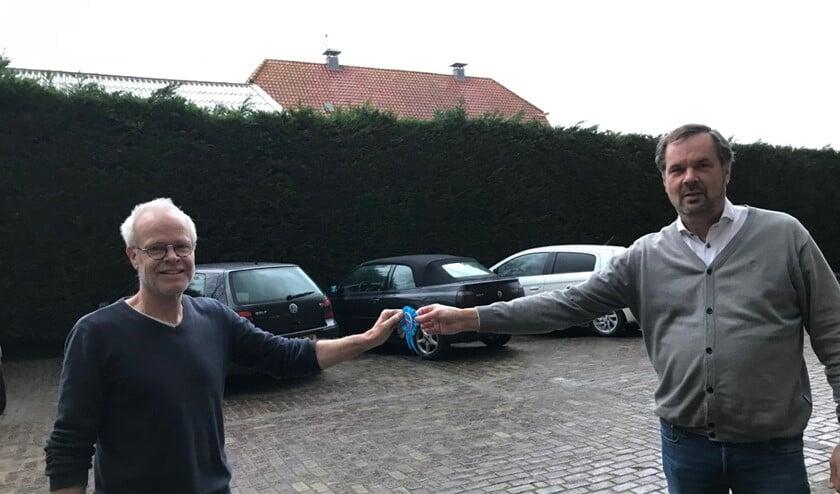 <p>Marcel Breve (links) ontvangt het lintje uit handen van voorzitter Bert Tu.k</p>
