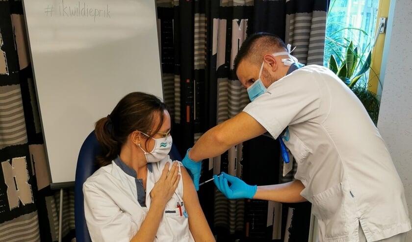 <p>Longarts Lidia Hoogerbrugge ontvangt de eerste COVID-vaccinatie van SEH-verpleegkundige Marius</p>