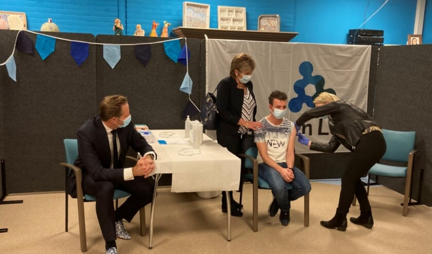 <p>Onde toeziend oog van demissionair minister Hugo de Jonge kreeg Jochem zijn vaccinatie. Foto: (PR)</p>