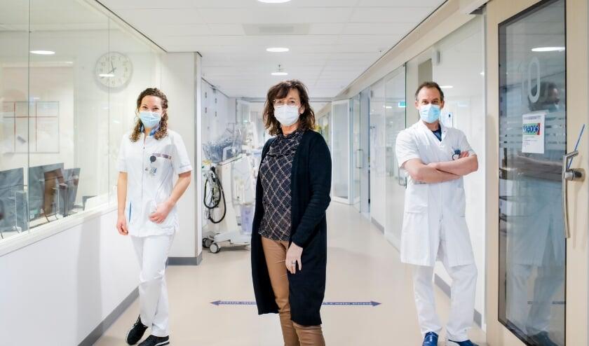 <p>IC-verpleegkundige Jessy van Beelen, hoofd IC Betty Kalkman en cardioloog-intensivist Marco Knook. <br>(Foto: PR/Frank van der Burg)</p>