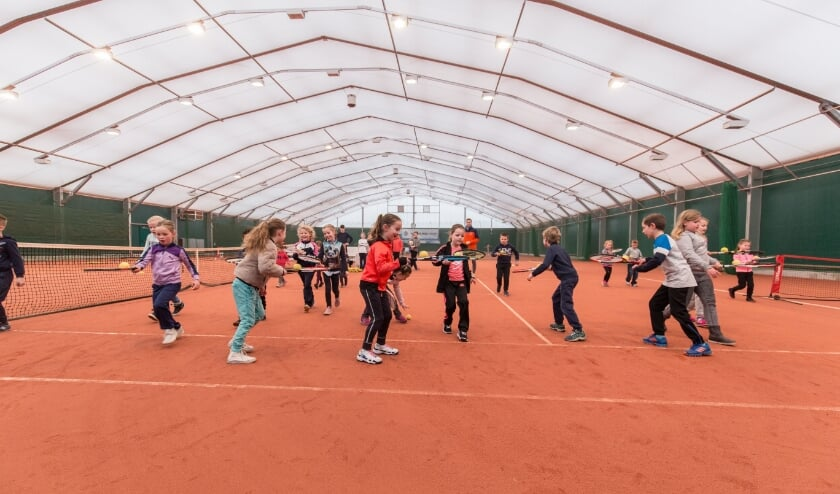 <p>Kennismaken met de tennisport bij LTC Naaldwijk. Foto: (PR)&nbsp;</p>