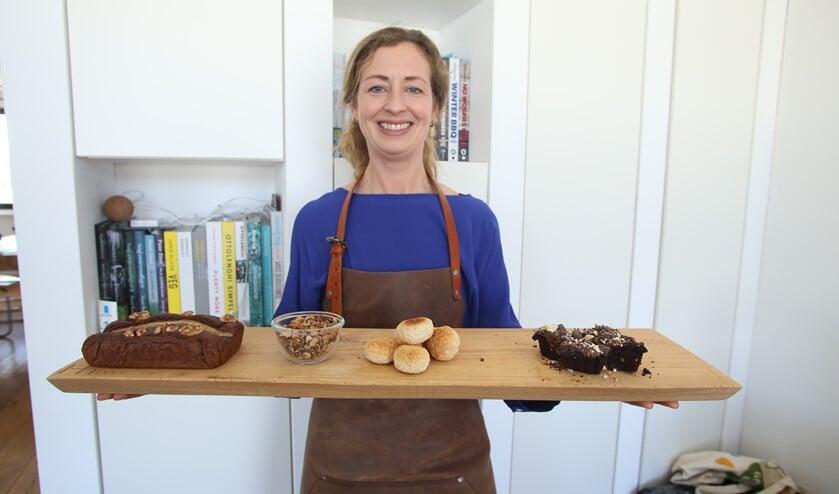 <p>Sanne bakt haar eigen brood op de plank.&nbsp;</p>