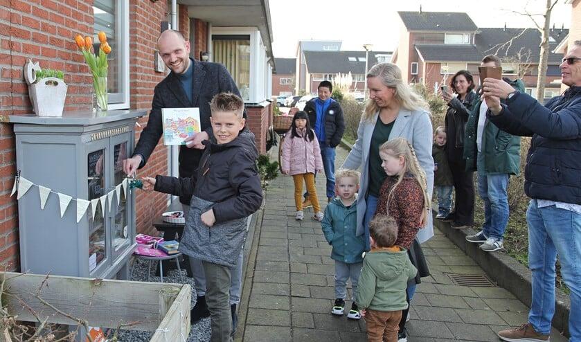 <p>Met deskundige hulp uit de buurt opende wethouder Wouter Struijk de Minibieb Maaswijk.&nbsp;</p>