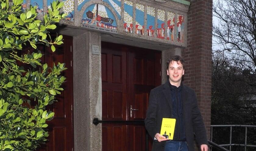 <p>Thomas de Zeeuw poserend voor de Dorpskerk in Maasdijk. Foto: (PR)</p>