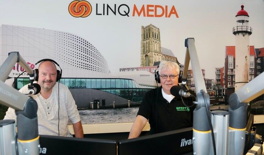 <p>Marcel van den Nieuwendijk (links) en Jack Holten presenteren elke zaterdagmiddag van 14.00 tot 17.00 uur op LINQ Media FM het sportprogramma Sport op Voorne-Putten. Foto Theo van Kralingen.</p>