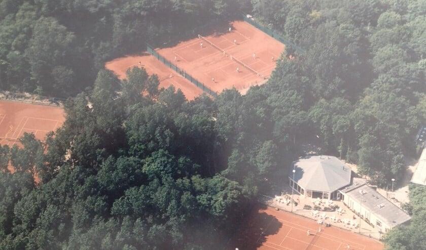 <p>Het prachtige tennispark is gelegen in de duinen aan de 1e Slag in Rockanje </p>