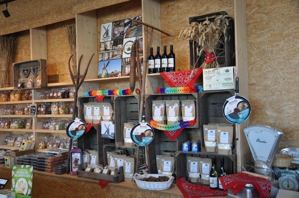 <p>In de winkel worden meelproducten, zoals pannenkoekenmeel, broodmeel en de allerlekkerste cakemixen verkocht </p>  © WeekbladWestvoorne.nl
