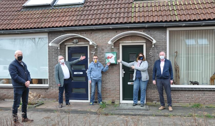 <p>Op de foto van links naar rechts: Henk de Jong, Rob van Dullink (Rotaryclub Hellevoetsluis), Menno van Koetsveld (beheerder AED), &nbsp;Tineke Barendregt en Joop Reichardt (St.AED-Hulpverlener.nl)&nbsp;</p><p><br></p>