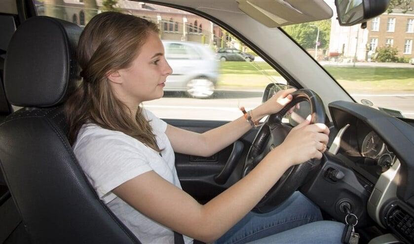 Een jonge vrouw van 18 jaar heeft zojuist haar rijbewijs gehaald en rijdt nu naar huis in haar  auto