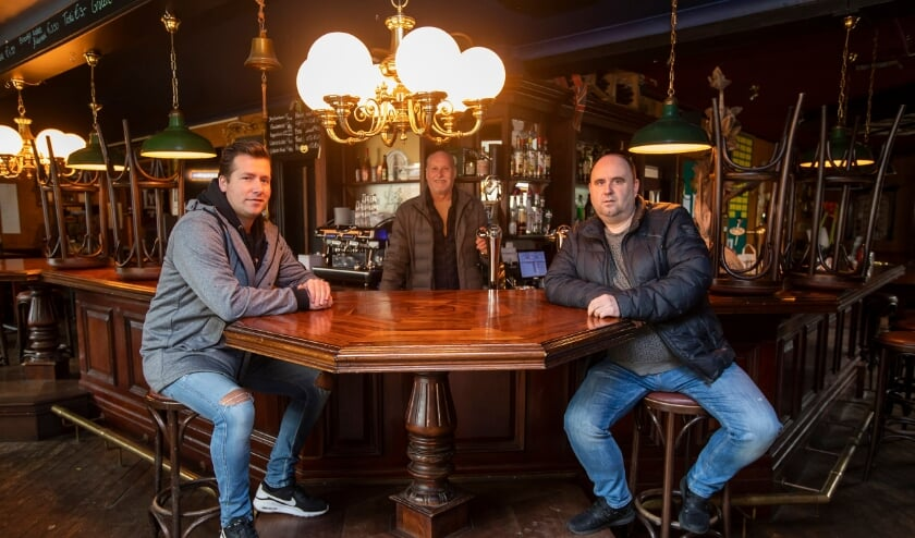 <p>Ed Zwirs, Jan van Staalduinen en Danny de Quaasteniet bij Caf&eacute; &#39;t Hof. Foto: (Thierry Schut)</p>