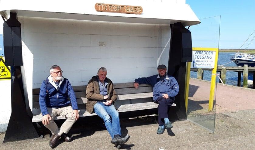 <p>Wie helpt bij het oplossen van het tochtprobleem op het leugenbankje aan de Stellendamse haven?</p>