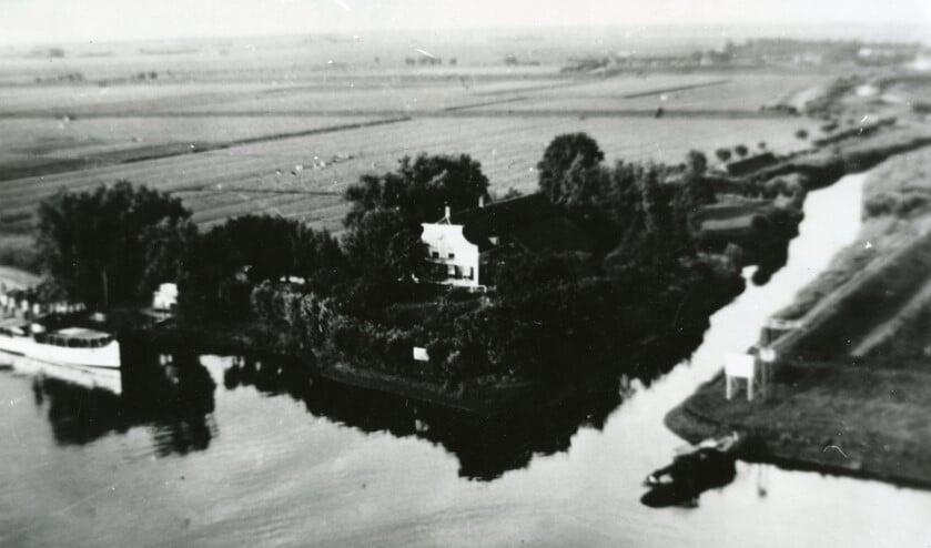 Boerderij van de familie Dekker langs het Havenhoofd aan het Spijkenisser Veer, 1936