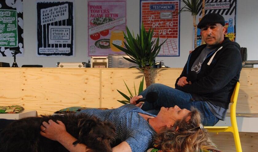 <p>Diva op de divan bij dokter Benhammou; sociale hulphond Kliko kon het alleen niet meer aan. (Foto RobTak/Afri opens up)&nbsp;</p>