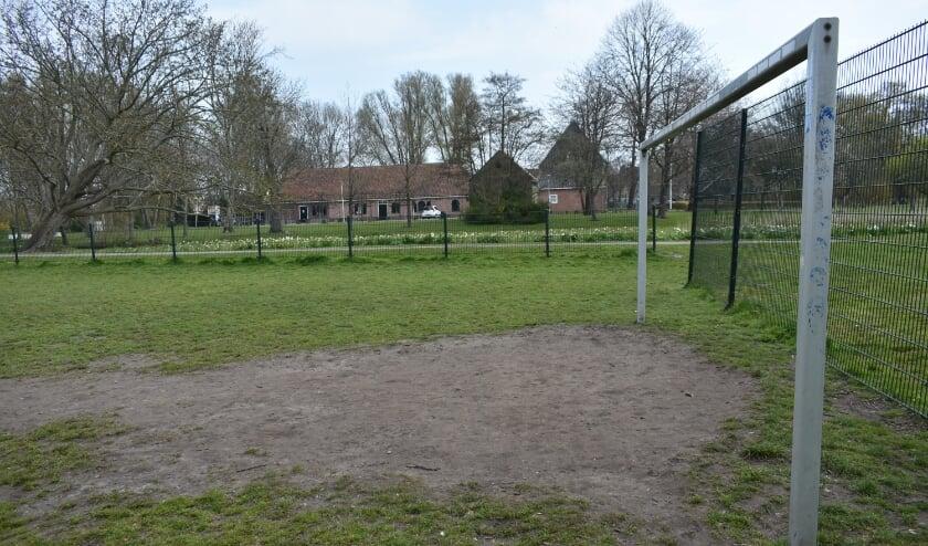 <p>Dag knollenveld en hallo kunstgras. Een metamorfose van het voetbalveldje in het Hofpark in Wateringen is aanstaande. Foto: (WB)</p>