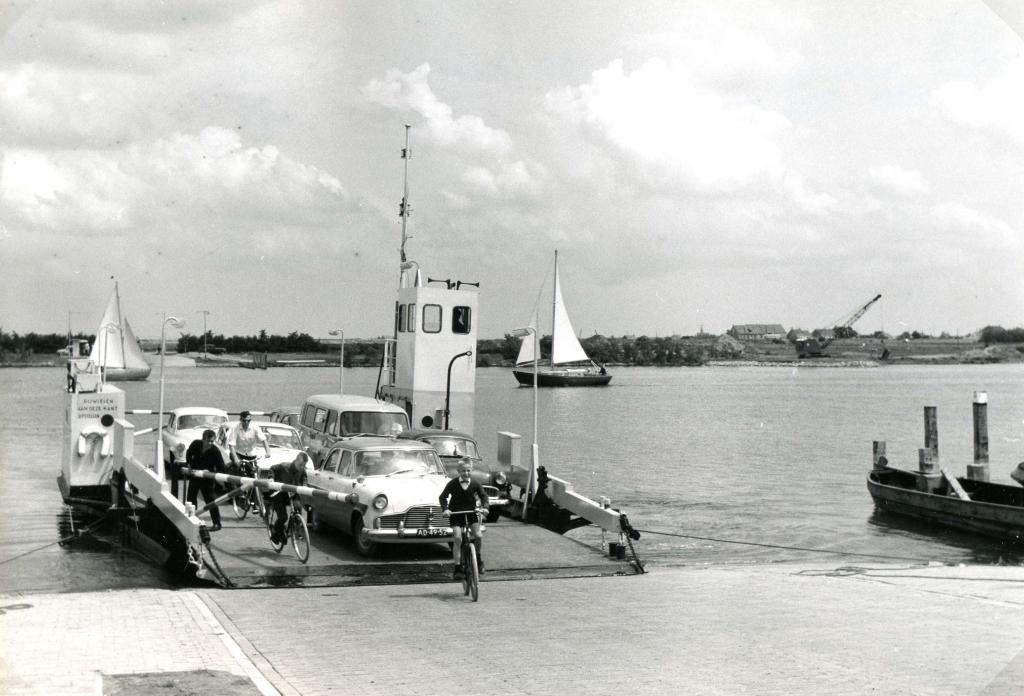 <p>Aankomst van het Veer Brielle - Rozenburg, 12 juli 1963.&nbsp;</p> Foto: Streekarchief Voorne-Putten Rozenburg © WeekbladWestvoorne.nl