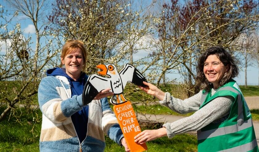 <p>Petra Blokker (l) van Faunapark Flakkee en Karen van Burg van Schoon Goeree-Overflakkee. Foto: Jacquelien Wielaard</p>