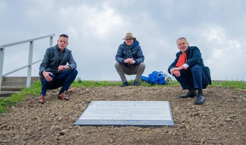 <p>V.l.n.r.: Wethouder Daan Markwat, dorpsraadsecretaris Dick Jonker en dijkgraaf Jan Bonjer onthulden de replica in de dijk van Battenoord. &nbsp;Foto: Sam Fish</p>