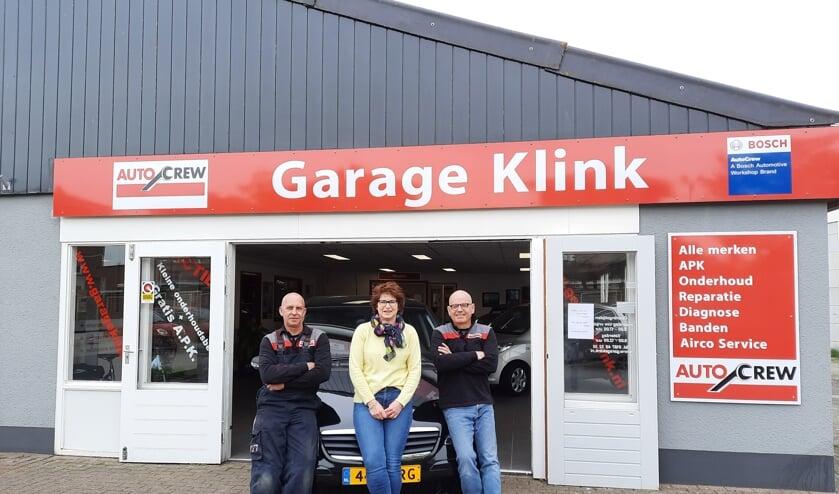 <p>Het kloppende hart van Garage Klink: Gert Boshoven en Jeanette en Adri Kievit.</p>