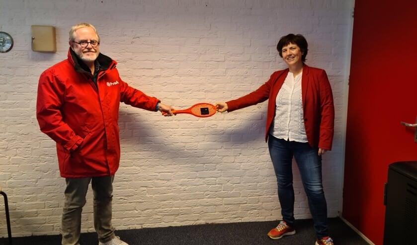 <p>Fractievoorzitter Jaap Willem Eijkenduijn overhandigde coronaproof de jubileumspeld aan Petra 't Hoen</p>