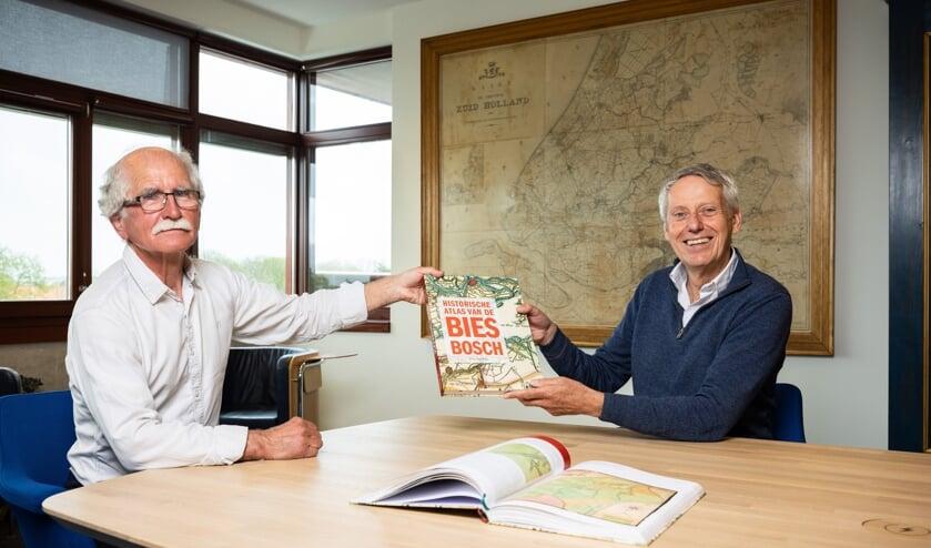 <p>Auteur Wim van Wijk overhandigt het eerste exemplaar van de Biesboschatlas aan dijkgraaf Jan Bonjer.&nbsp;</p>