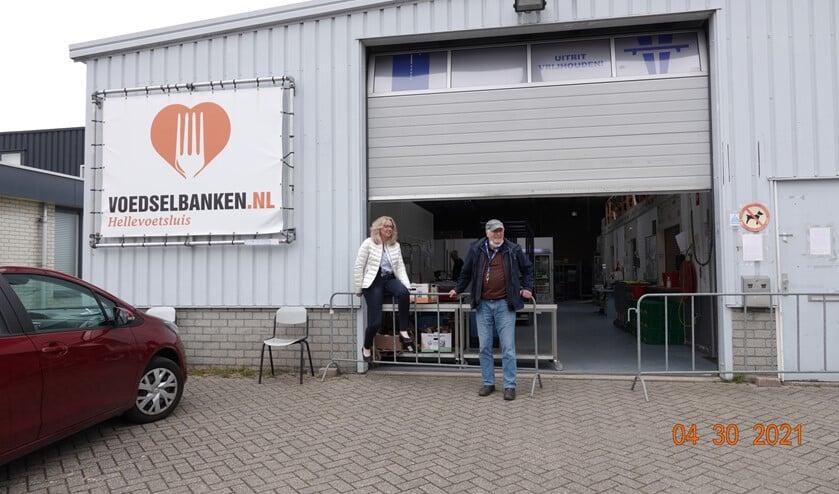<p>Karin en Jaap hebben het ontzettend druk met hun werk voor de Voedselbank. Er was amper tijd voor een foto want de volgende klanten moesten alweer geholpen worden.&nbsp;</p>