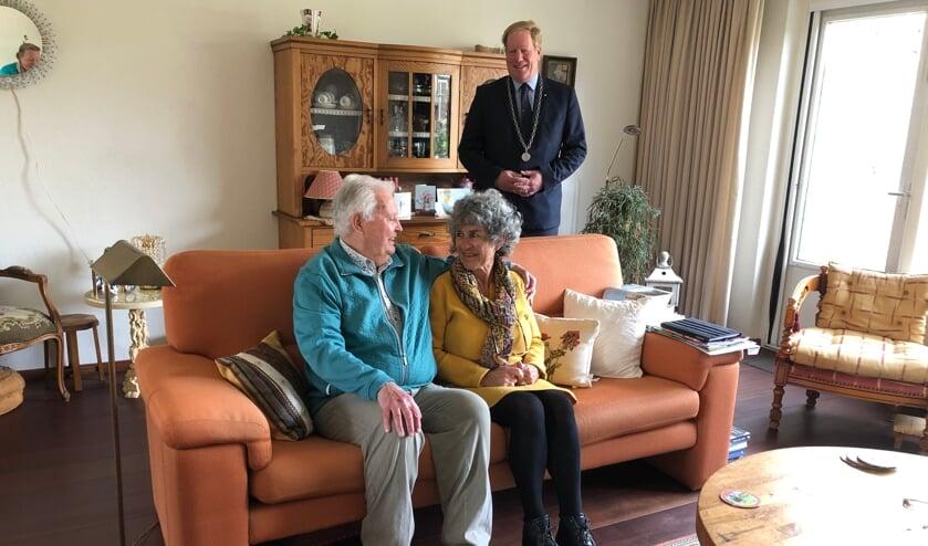 <p>Burgemeester De Jong op bezoek bij het 55-jarig bruidspaar Sondag</p>