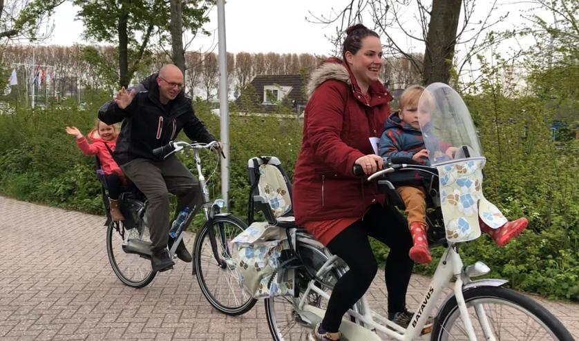 <p>Vol goede moed aan het begin van de fietstocht</p>