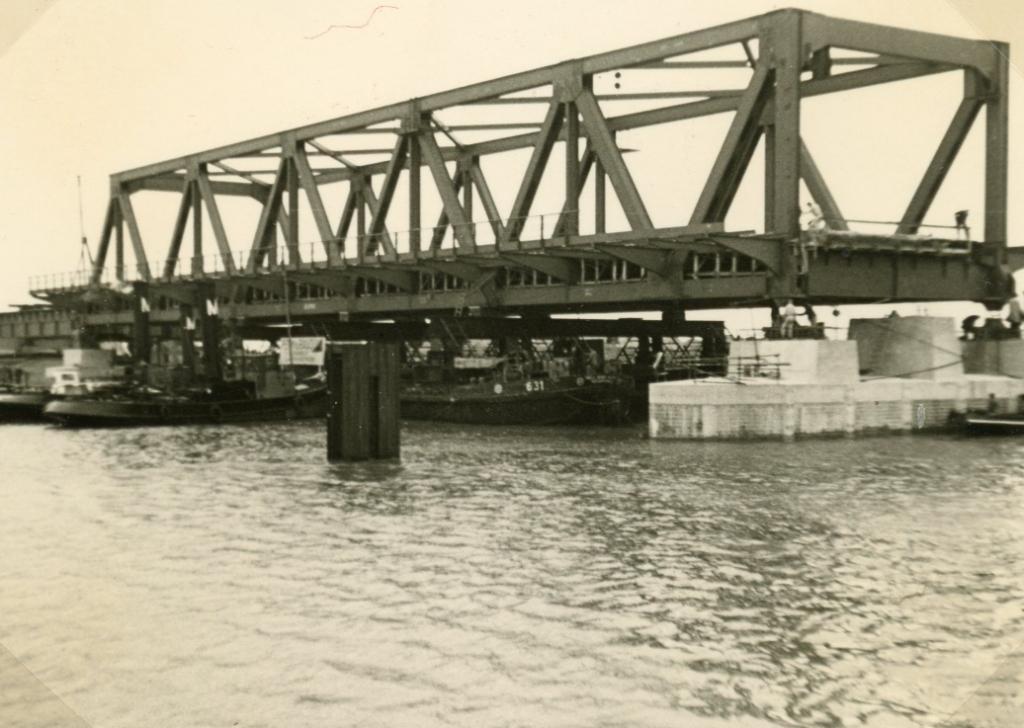 Het eerste brugdeel ligt op zijn plek. Foto: Streekarchief Voorne-Putten © GrootNissewaard.nl