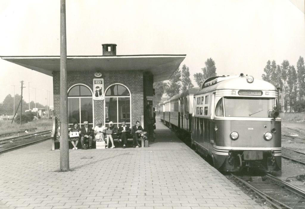De RTM tram M1806 Bergeend richting Hellevoetsluis, Zomer 1963 Foto: Streekarchief Voorne-Putten Rozenburg © GrootNissewaard.nl