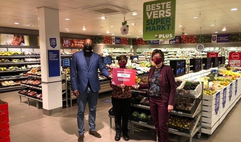 RPV bestuursleden Bertha v.d Wal en Dineke Wegman ontvingen uit handen van Ed Meeuw  een cheque ad € 750,00.