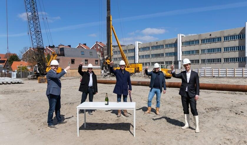 V.l.n.r. Wethouder Igor Bal, Marcel Boerenboom (Herkon), Arno Hokke (Herkon), Ferry Moerland (Bouwonderneming Stout) en Wethouder Martijn Hamerslag.