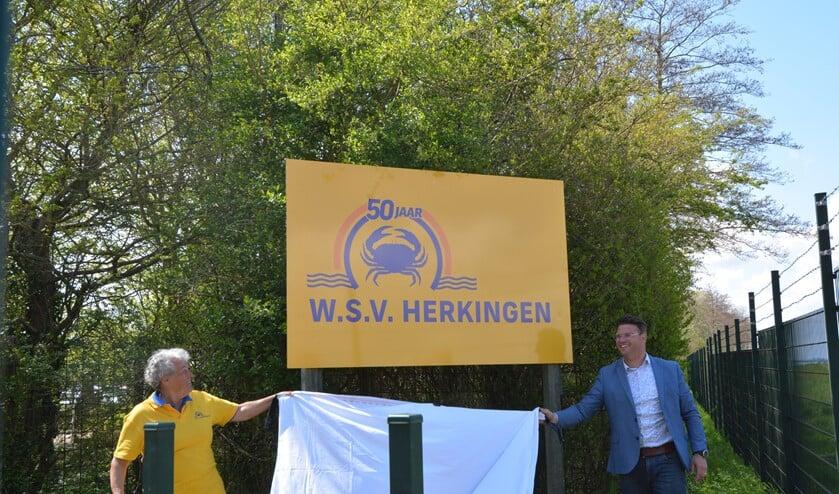 <p>Vijftig jaar WSV Herkingen. Het bord aan de ingang van het terrein werd onthuld door Loes Oranje, voorzitter jubileumcommissie, en Harmen van Dorsser, voorzitter WSV.</p>