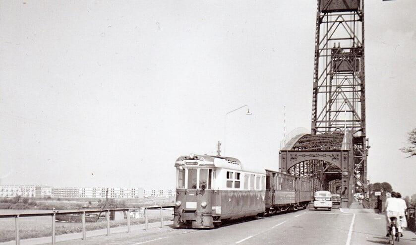 De RTM tram over de Spijkenisserbrug, 1963