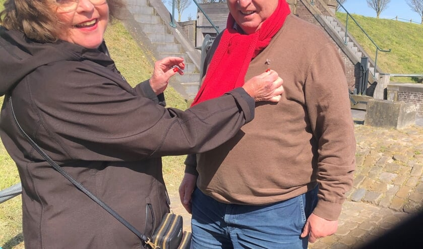 <p>Het jubileumspeldje wordt George Grootens overhandigd door bestuursvoorzitter Hannie Vermeulen</p>