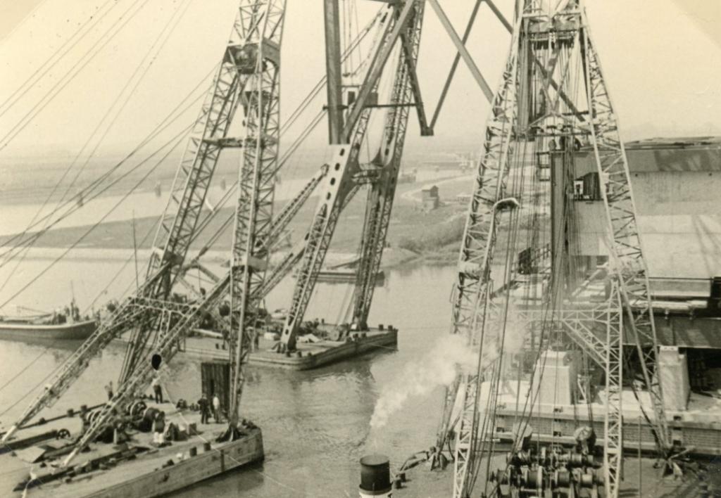 De hoogste bokken van Nederland werden ingezet bij de bouw. Foto: Streekarchief Voorne-Putten © GrootNissewaard.nl