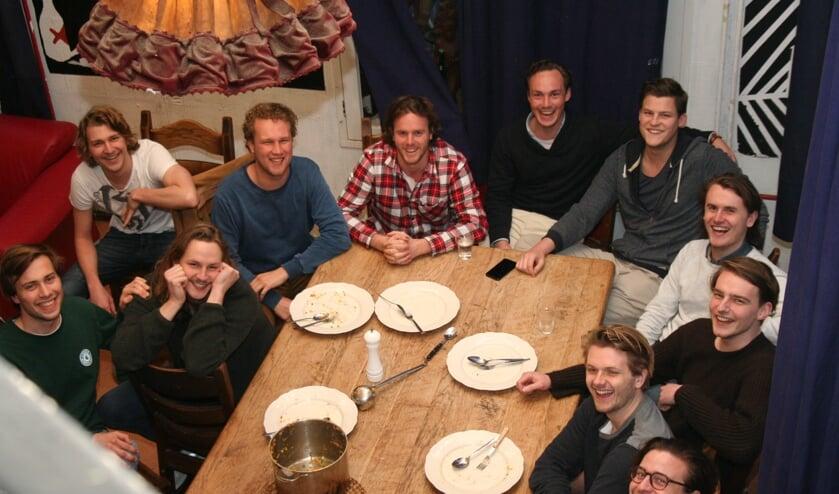 Samen aan de grote eettafel bij studentenhuis De Engelenbak. (foto: Helga Favier)