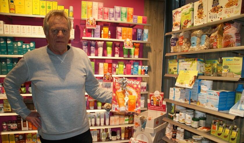 Eigenaar Teun de Vries met één van de cadeau-verpakkingen van Vitaminstore Pijnacker.