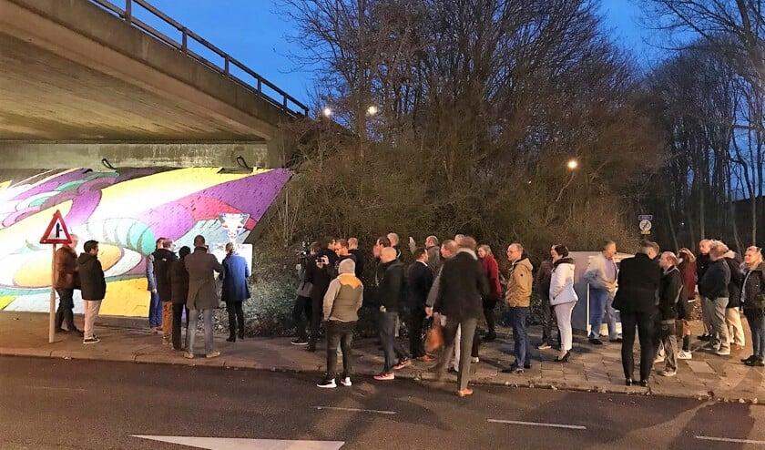Veel ondernemers en betrokkenen kwamen naar de opening van het kunstwerk kijken.